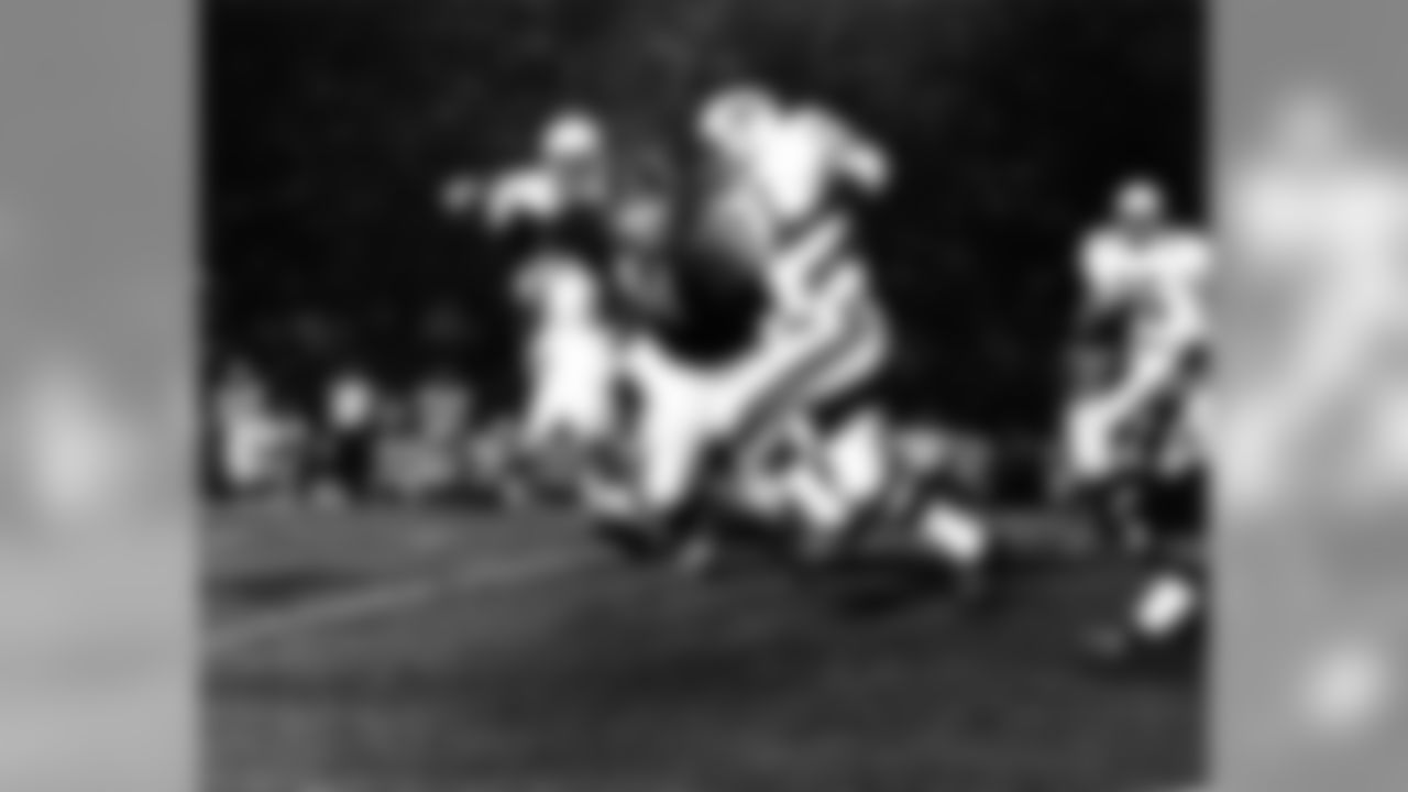 1969: The Bears' Dick Butkus tracks Willie Crenshaw