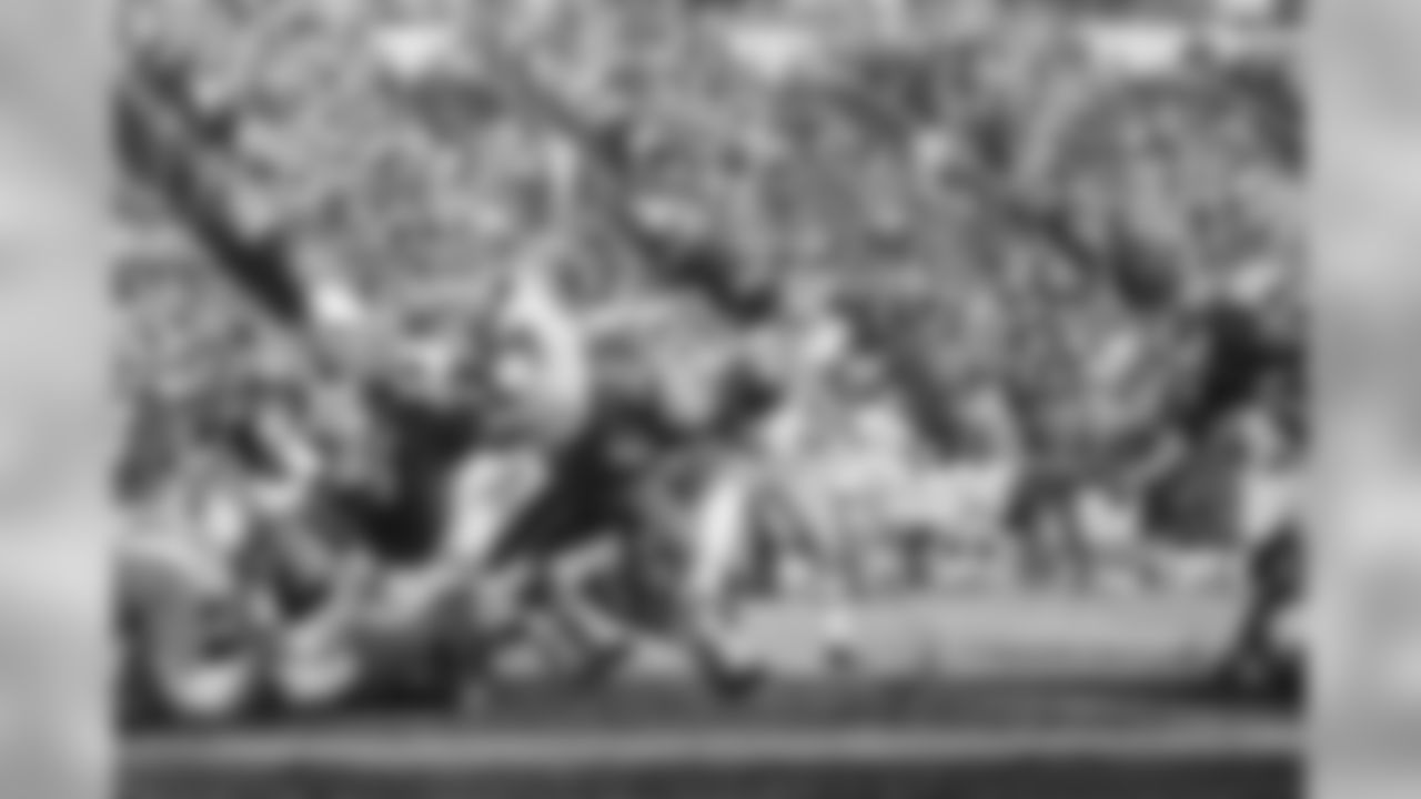 1967: Saints RB Jim Taylor carries the ball