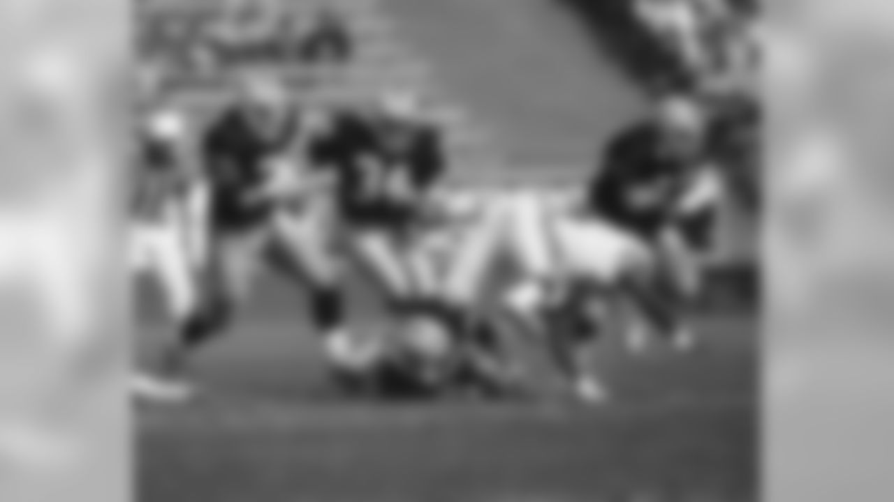 Raiders RB Bo Jackson carries the ball in 1989