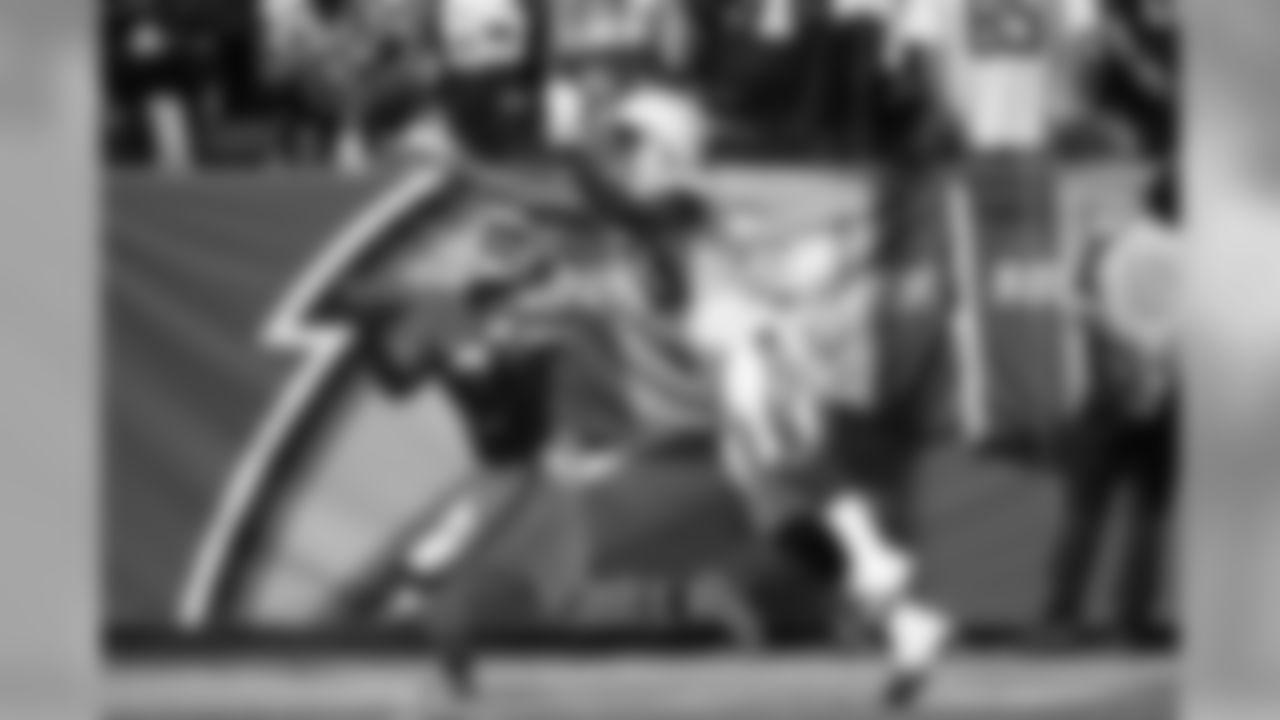 Derwin James swats the ball away vs. the Kansas City Chiefs on Sun. Sept. 9, 2018 at StubHub Center.