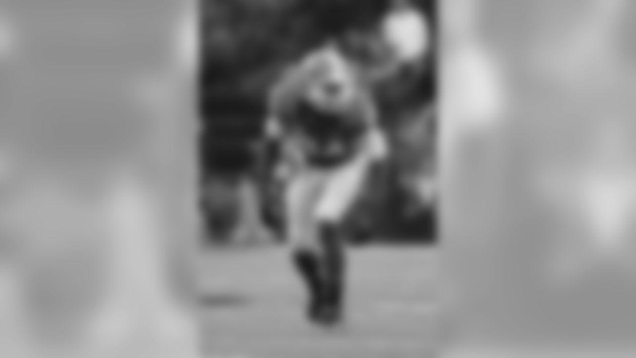 Georgia linebacker Leonard Floyd plays against Vanderbilt in the first half of an NCAA college football game Saturday, Sept. 12, 2015, in Nashville, Tenn. (AP Photo/Mark Humphrey)
