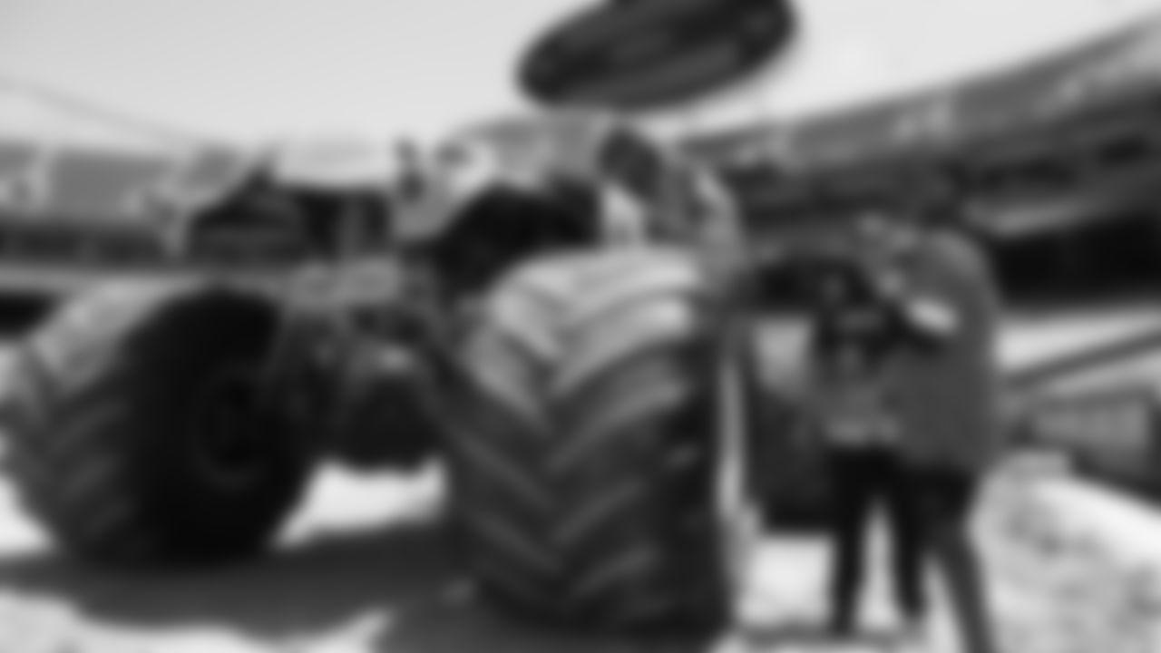 001_2019_MonsterJam_SurpriseDelight