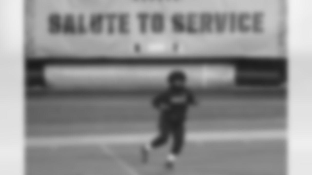 Dallas Cowboys' Ezekiel Elliott works out before an NFL football game against the Philadelphia Eagles, Sunday, Nov. 1, 2020, in Philadelphia. (AP Photo/Rich Schultz)