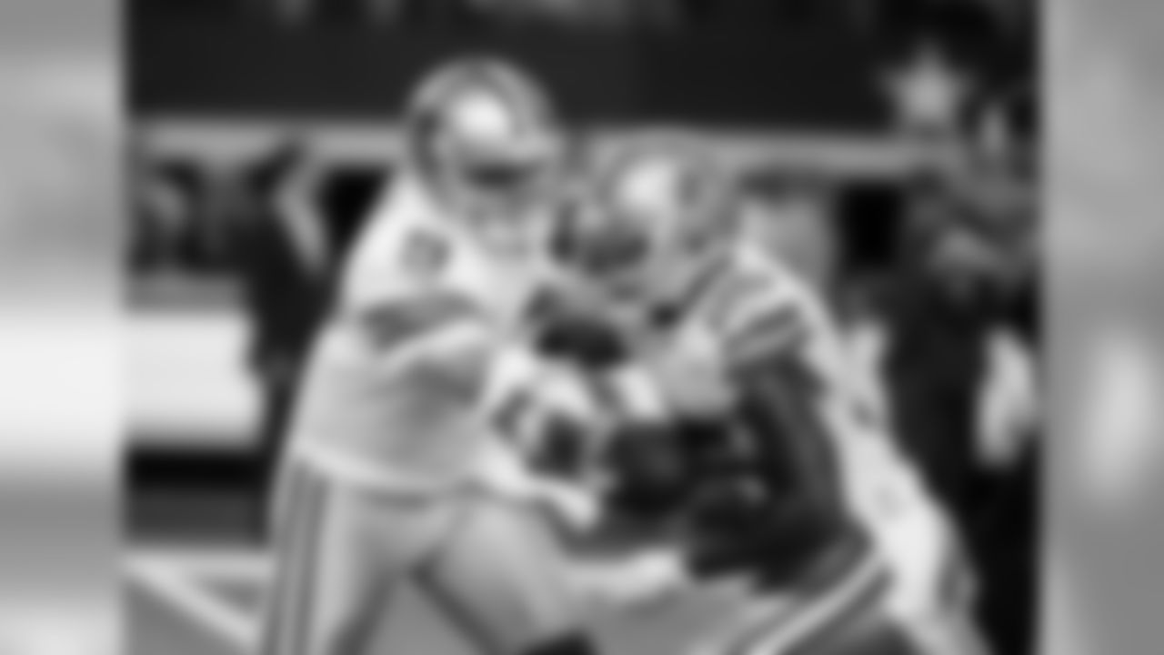 Dallas Cowboys quarterback Tony Romo hands off to running back Lance Dunbar (25) during warm ups before an NFL football game against the Washington Redskins, Monday, Oct. 27, 2014, in Arlington, Texas. (AP Photo/Brandon Wade)