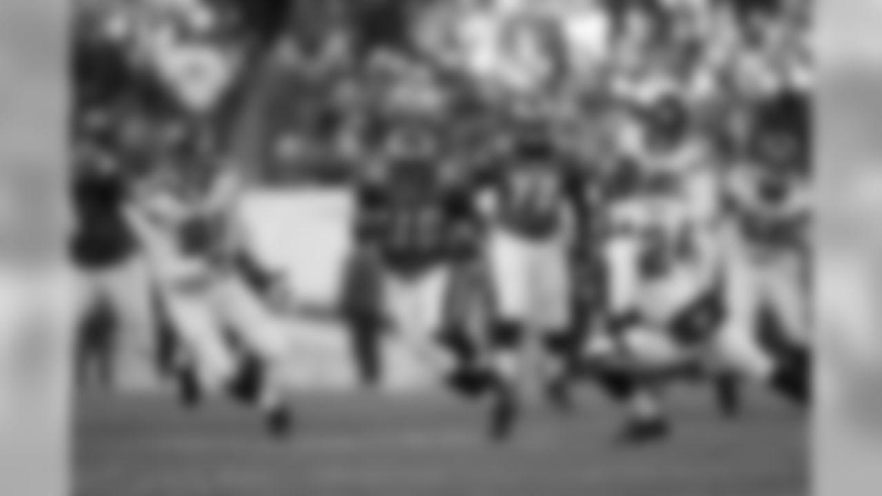 RB Brian Westbrook runs through traffic