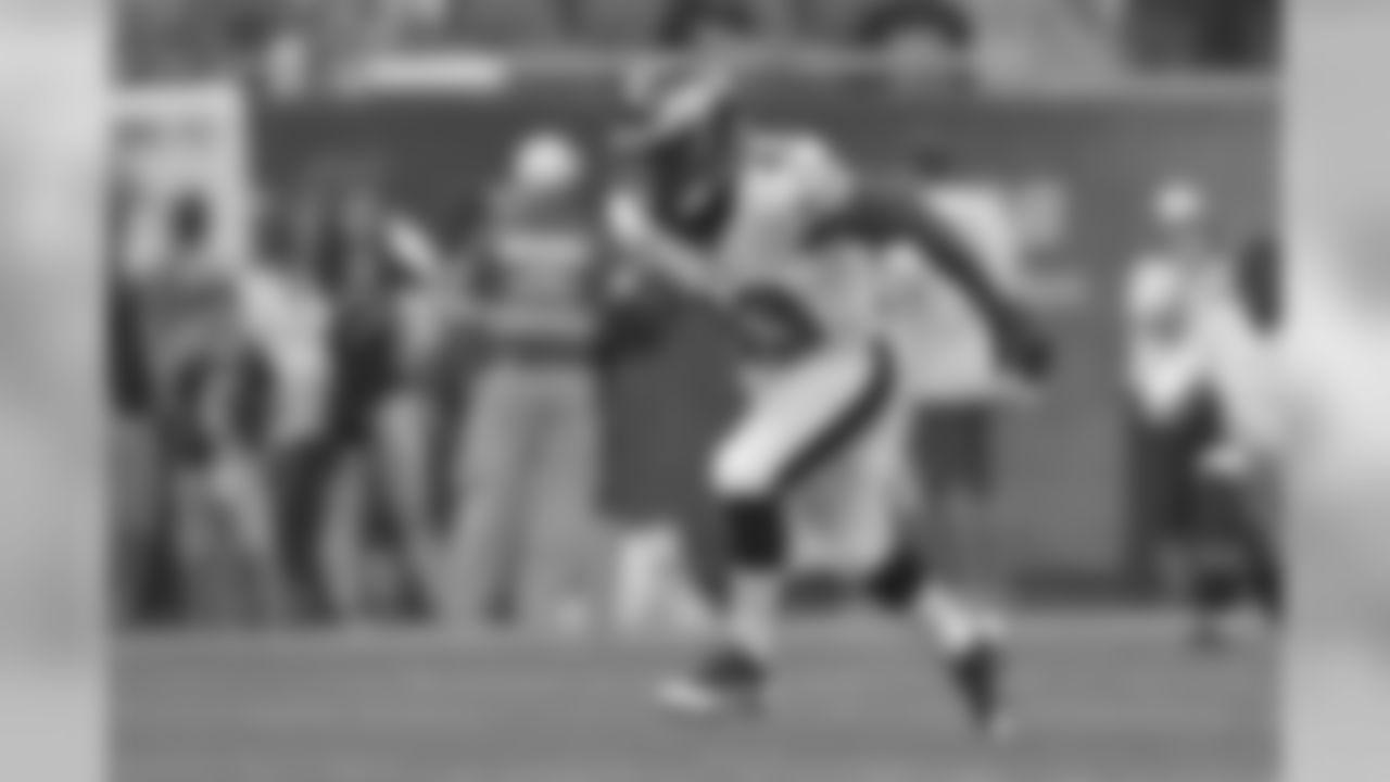 RB Darren Sproles returning kicks during warmups