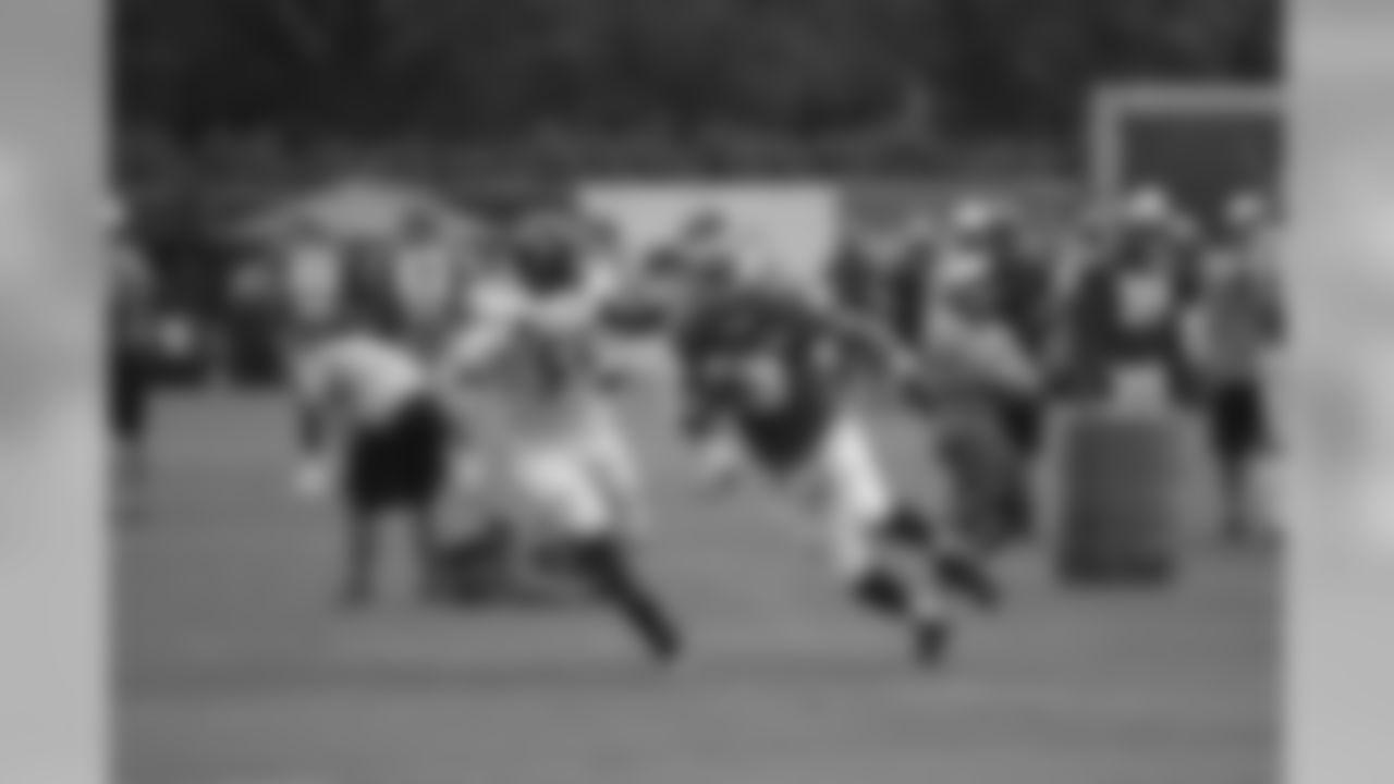Eagles TE Eric Tomlinson powers through Ravens OLB Terrell Suggs