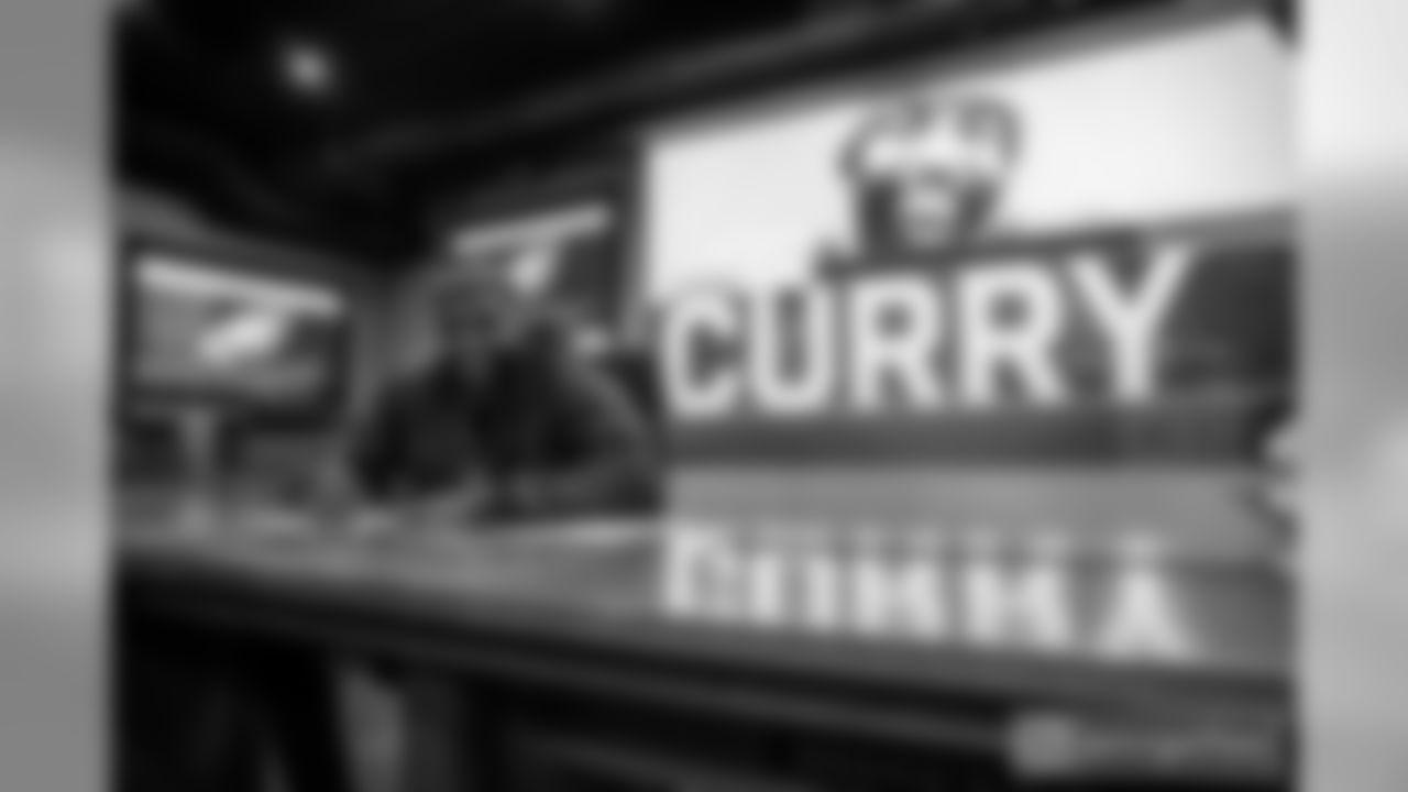 "DE Vinny Curry: ""✍🏾"""