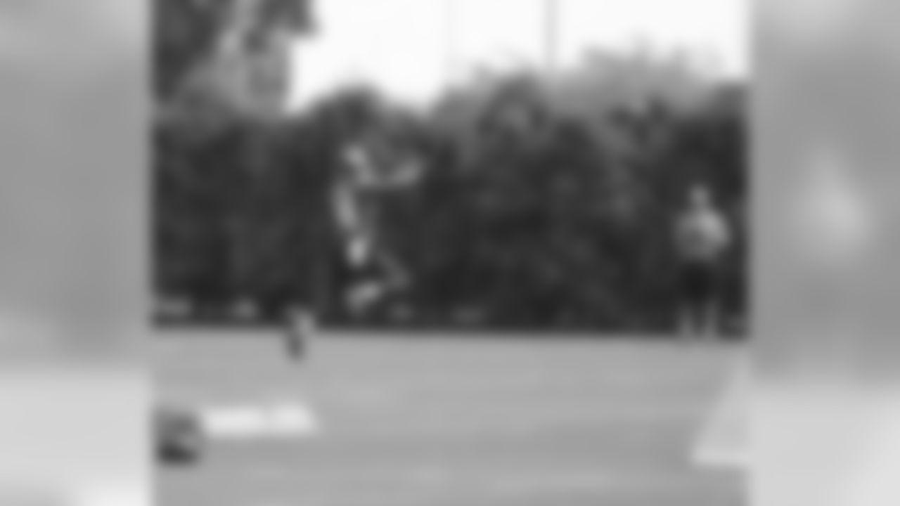 RB Kenjon Barner gets up for the ball