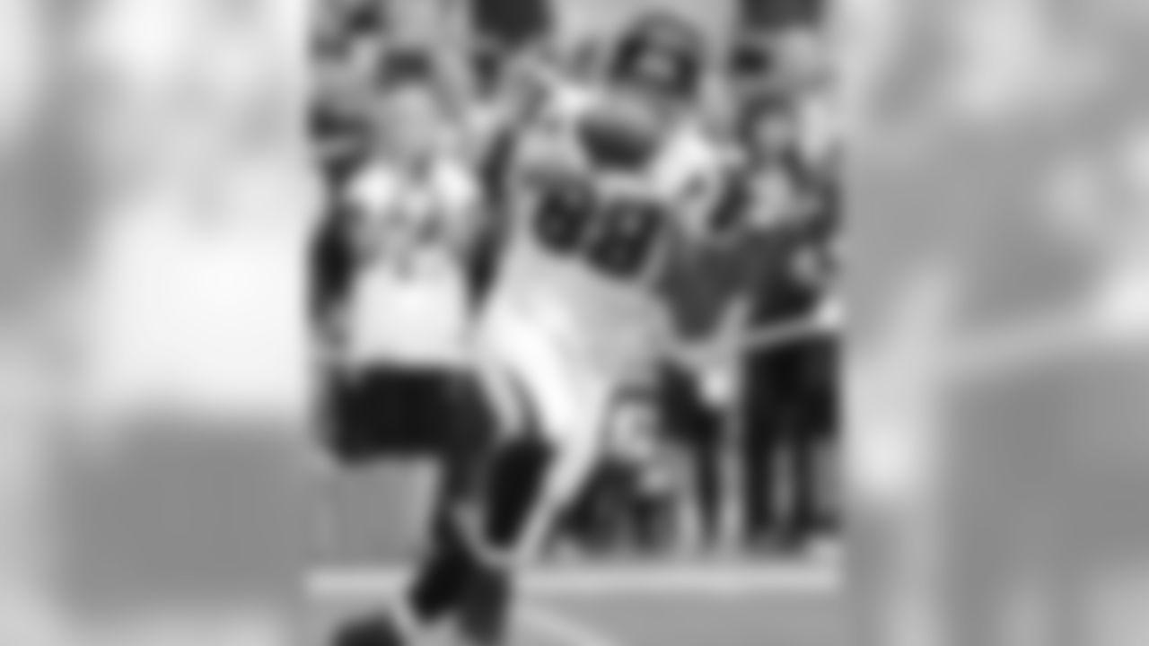 TE Tony Gonzalez warms up at University of Phoenix Stadium