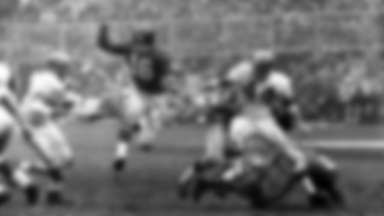New York Giants' half back Frank Gifford heads for a touchdown in second quarter of Giants-Browns game, Dec. 6, 1959.  (AP Photo)
