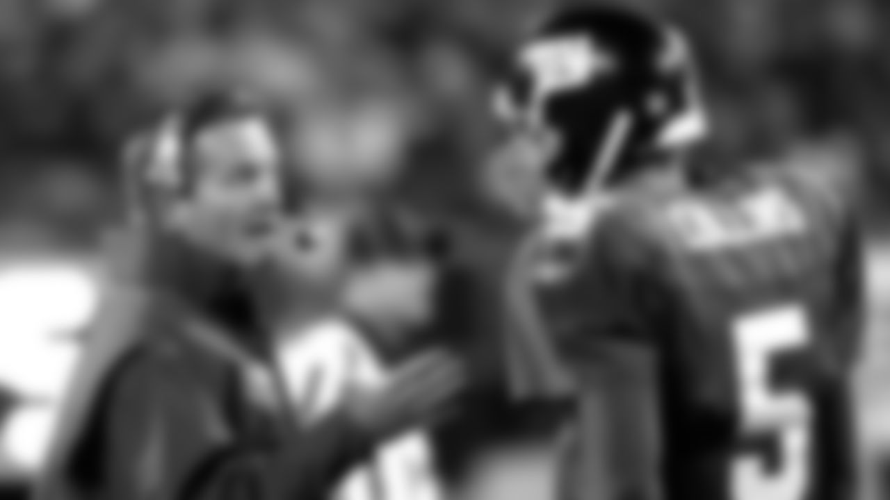 New York Giants coach Jim Fassel, left, talks to quarterback Kerry Collins during a timeout in the first quarter Sunday, Nov. 3, 2002, at Giants Stadium in East Rutherford, N.J. (AP Photo/Bill Kostroun)