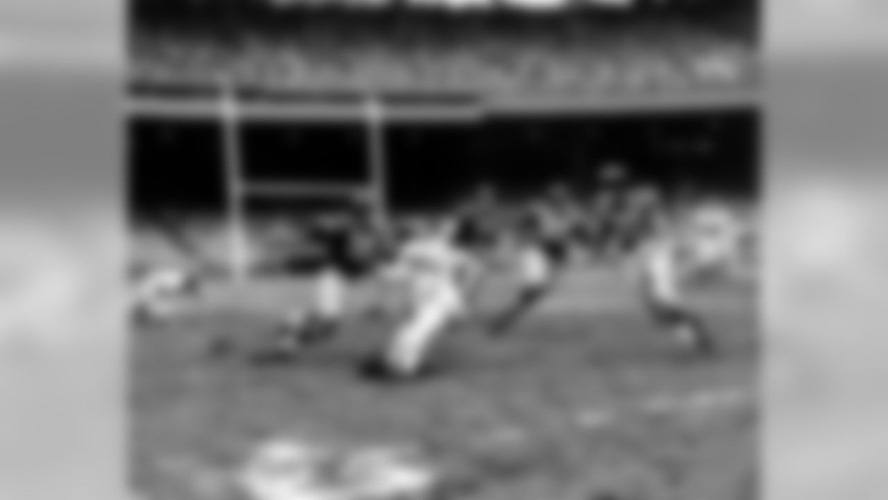 New York Giants halfback Frank Gifford (16), cuts past Baltimore Colts Jesse Thomas (40) for a 45-yard run at the Polo Grounds in New York, Nov. 13, 1955. Blocking for Gifford are Giants Bill Austin (60), Ray Wietecha (55) and Alex Webster (29). The Giants defeated the Colts 17-7. (AP Photo/ John J. Lent)