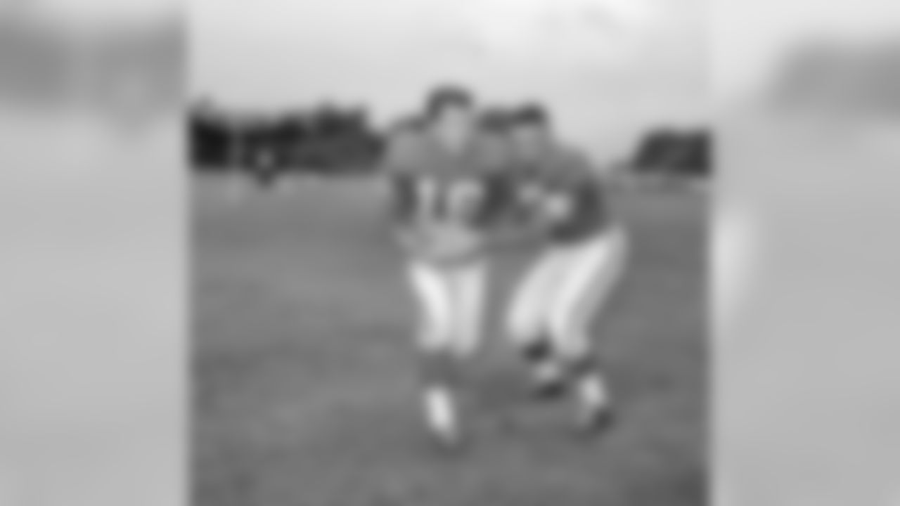 Charlie Conerly, right, hands off the ball to Frank Gifford, during New York Giants' practice session at Bear Mountain, N.Y., Sept. 2, 1959.  (AP Photo)