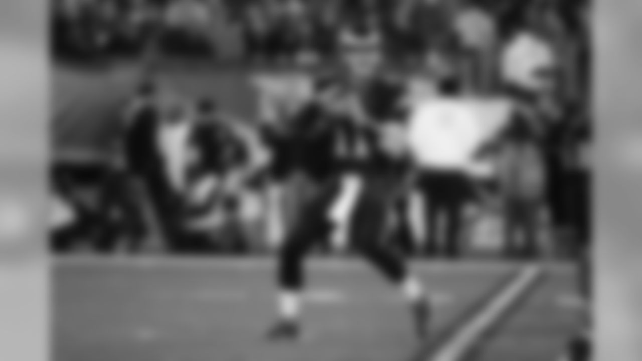 Philadelphia Eagles' Carson Wentz in action during an NFL football game against the Green Bay Packers, Monday, Nov. 28, 2016, in Philadelphia. (AP Photo/Matt Rourke)