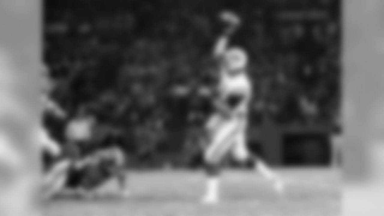 New York Jets quarterback Joe Namath fires a touchdown pass to Richard Caster to put the Jets ahead 6-0 in the first quarter of game with the Redskins, Sept. 8, 1975 in Washington. Namath and the Jets overpowered the Redskins 35-31. (AP Photo)