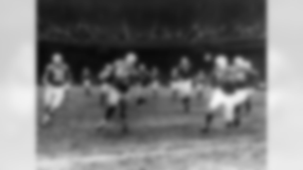 """Detroit Lions halfback Byron """"Whizzer"""" White (44) tries to elude Chicago Bears defensive halfback John Hall during an NFL game in Detroit, Nov. 30, 1941. The Lions defeated the Cardinals 21-3. (AP Photo/Pro Football Hall of Fame)"""