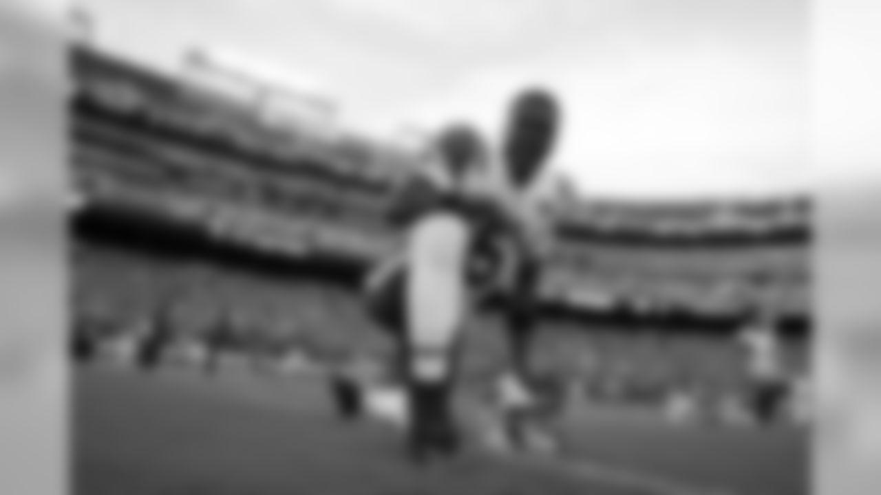 New York Jets quarterback Teddy Bridgewater (5) warms up before a preseason NFL football game against the Washington Redskins, Thursday, Aug. 16, 2018, in Landover, Md. (AP Photo/Alex Brandon)