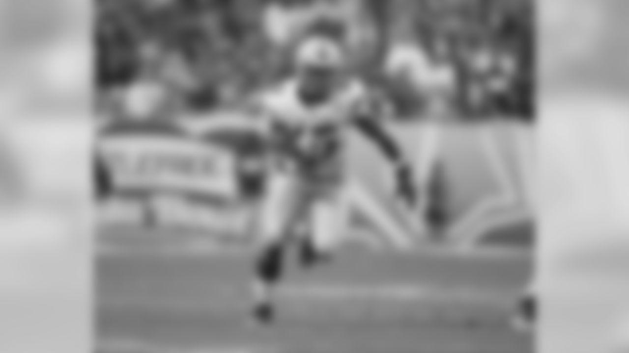 Ohio State Buckeyes running back Ezekiel Elliott (15) during the Battlefrog Fiesta Bowl game against the Notre Dame Fighting Irish on Friday, Jan. 1, 2016 in Glendale, Ariz. (Ric Tapia via AP)