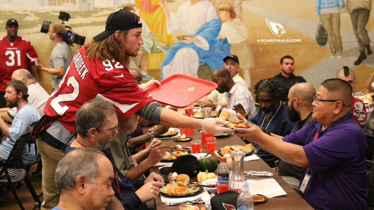 LB Dennis Gardeck hands out a dinner
