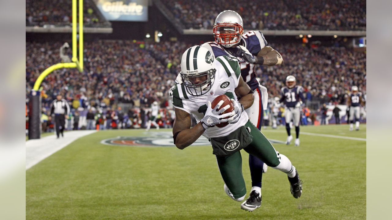 New York Jets wide receiver Santonio Holmes makes a touchdown catch in front of New England Patriots cornerback Kyle Arrington during the second half of an NFL divisional football playoff game in Foxborough, Mass., Sunday, Jan. 16, 2011. (AP Photo/Winslow Townson)
