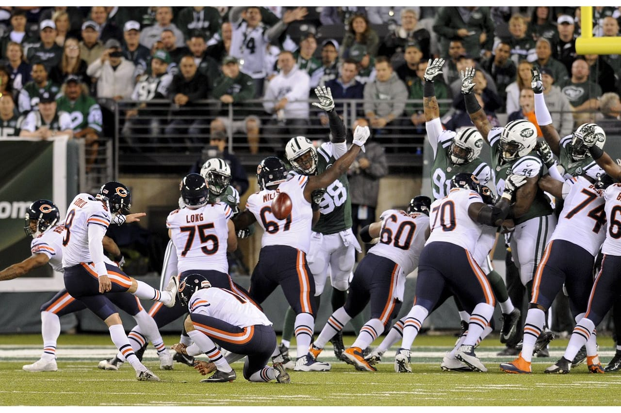 Chicago Bears kicker Robbie Gould (9) kicks an extra point against the New  York