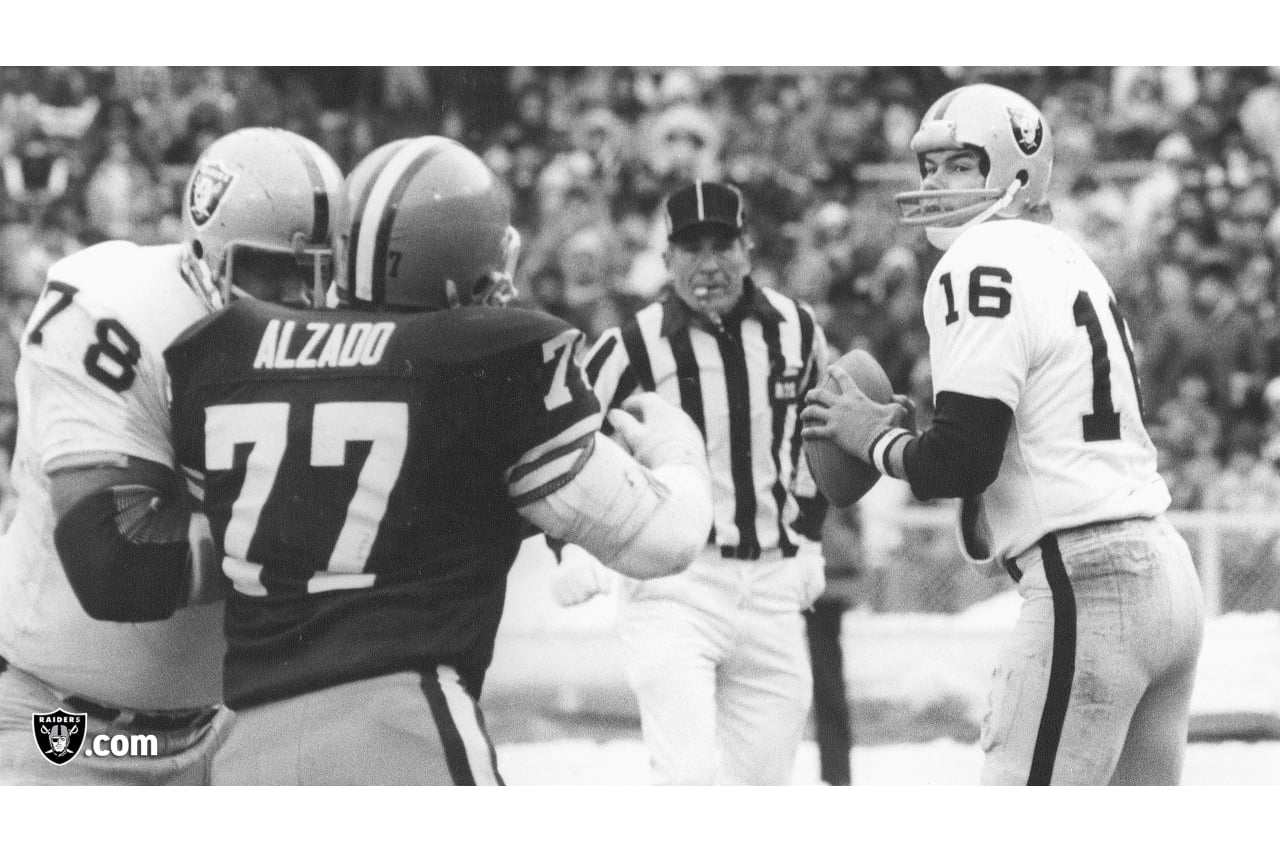 Art Shell (78), Lyle Alzado (77) et Jim Plunkett (16)