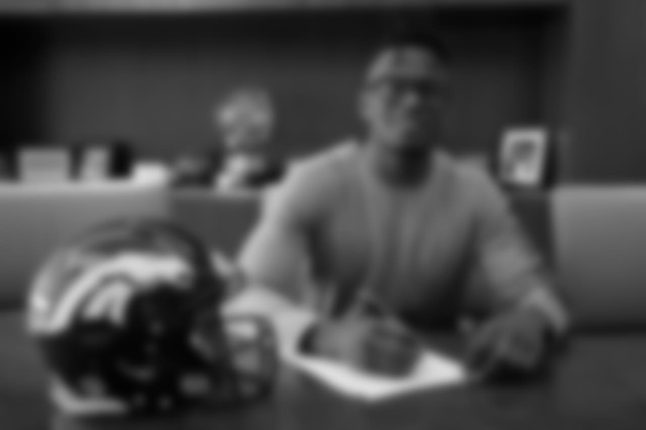 WR DaeSean Hamilton signs his rookie contract.