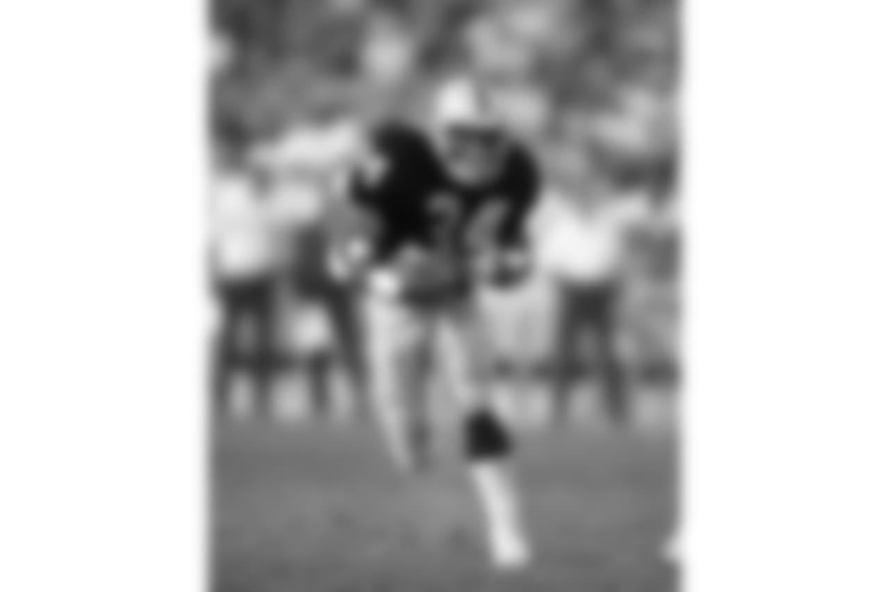 Los Angeles Raiders running back Bo Jackson (34) runs upfield during game against the Phoenix Cardinals at the Los Angeles Coliseum, Dec. 10, 1989. The Raiders defeated the Cardinals 16-14.