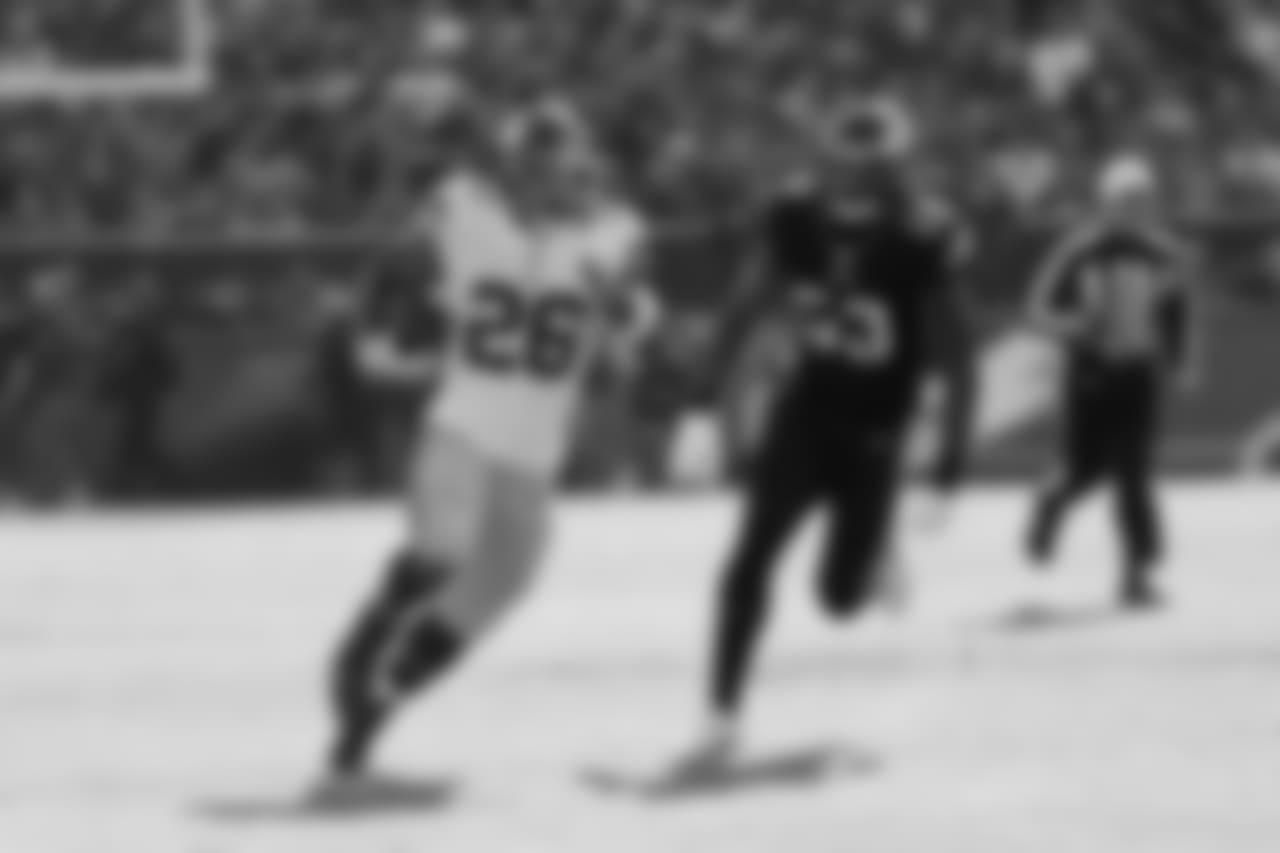 New York Giants running back Saquon Barkley (26) runs with the ball as Philadelphia Eagles outside linebacker Nigel Bradham (53) tries to stop him during the first half of an NFL football game, Sunday, Nov. 25, 2018, in Philadelphia. (AP Photo/Chris Szagola)