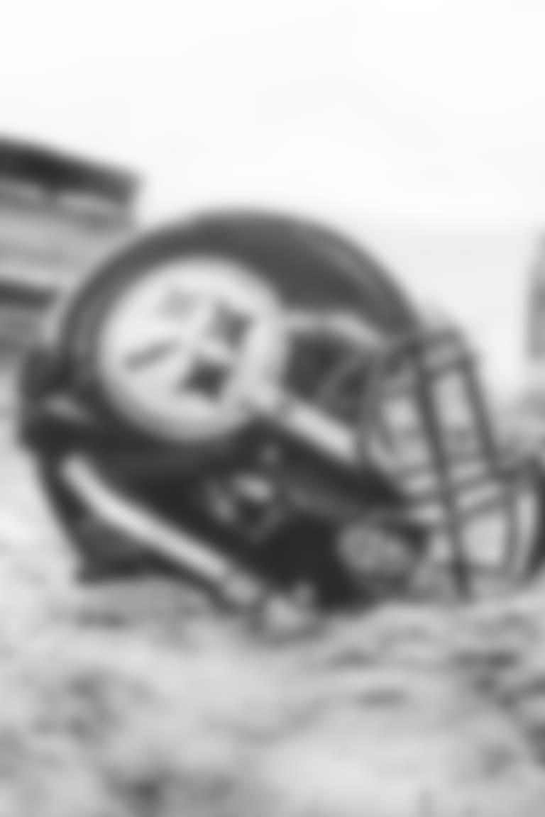 Steelers-Helmet-in-snow4
